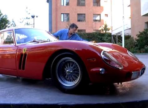 Un homme lave sa FERRARI 250 GTO (VIDEO)