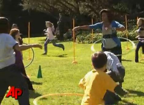 Michelle Obama maîtrise le Hula Hoop (VIDEO)