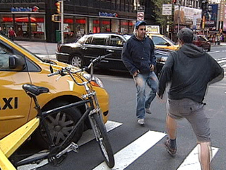 2 chauffeurs de Taxi New-Yorkais se battent dans la rue (VIDEO)
