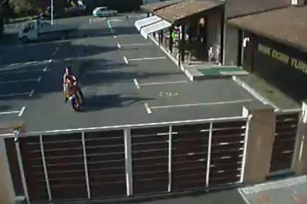 Il se prend un portail de plein fouet en moto (VIDEO)