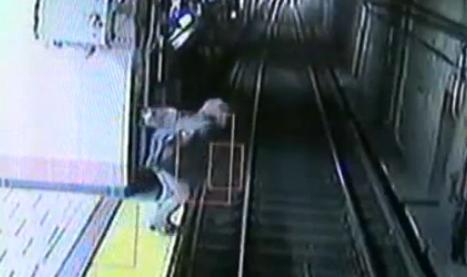 Une femme ivre échappe de peu à la mort (VIDEO)