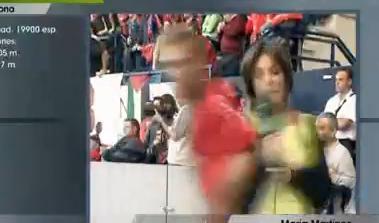 Une journaliste se fait percuter par un footballeur en LIVE (VIDEO)