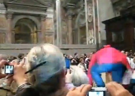 Le pape agressé en pleine messe de minuit (VIDEO)