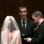 Le marié interrompt le prêtre pour mettre à jour son profil Facebook (VIDEO)