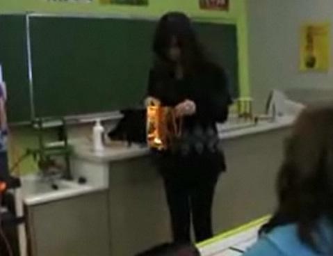 Une prof choque ses élèves qui voulaient lui faire une blague (VIDEO)