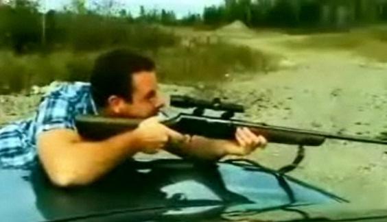 Il se prend la lunette de son fusil dans l'oeil
