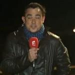 Un journaliste se prend une vague en direct (VIDEO)