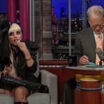 Lady Gaga mange du papier sur un plateau tv (VIDEO)