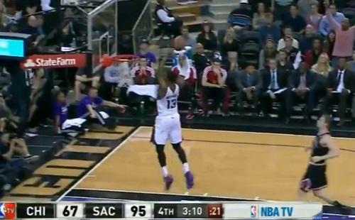 Le gros dunk fail de Derrick Williams contre les Bulls (VIDEO)