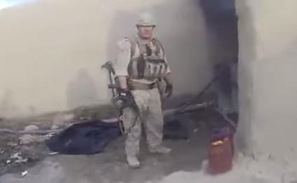 Un Marine se prend une balle de sniper dans le casque (vidéo)