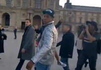 Jay-Z vs tourist Louvre France