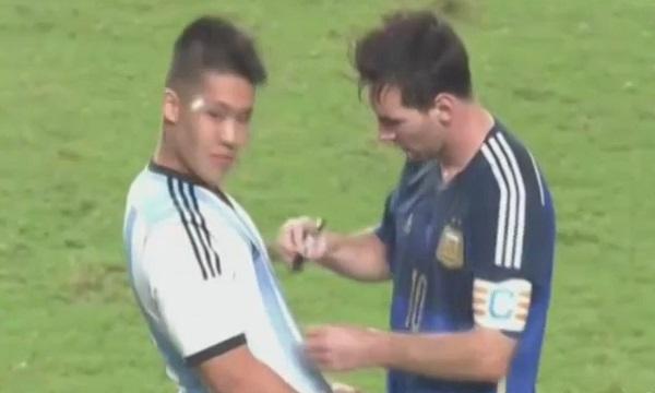 Messi signe un autographe en plein match (vidéo)