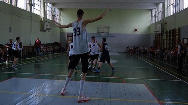 A 14 ans, ce basketteur mesure 2m26 (vidéo)