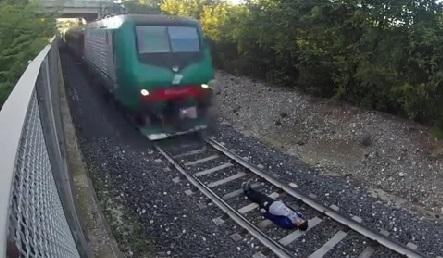 La bêtise du jour : il s'allonge sous un train à grande vitesse (vidéo)