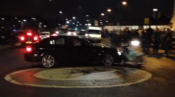 Violent crash entre un scooter et une BMW dans un rond-point (vidéo)