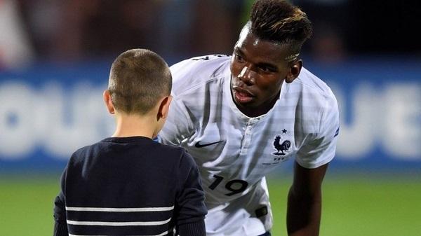 Paul Pogba offre son short à un enfant qui… le refuse (vidéo)