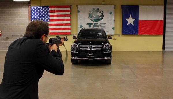 AK-47 vs Mercedes Benz blindée (vidéo)