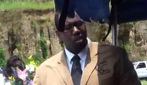 Ce moment ultra gênant lors d'un enterrement (vidéo)