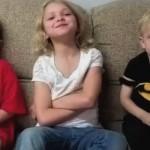 Des parents font croire à leurs enfants qu'ils ont mangé tous leurs bonbons d'Halloween (vidéo)