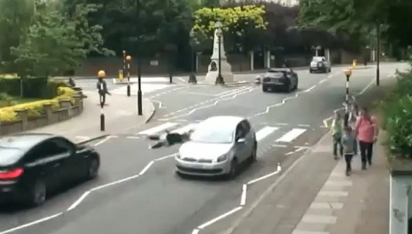 Une femme se fait renverser par une voiture sur le passage piéton des Beatles (vidéo)
