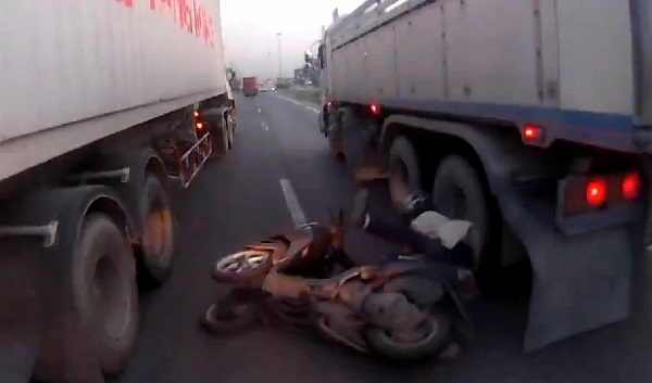 Choc : A deux doigts de se faire rouler dessus par un camion (vidéo)