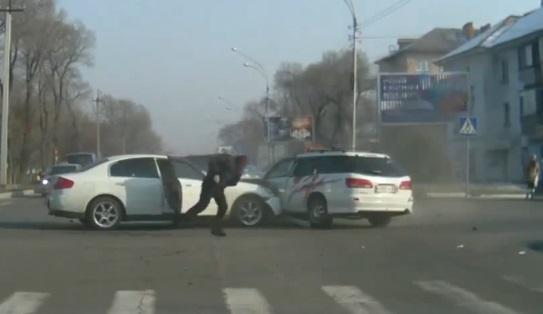 Il prend la fuite après un violent accident de la route (vidéo)