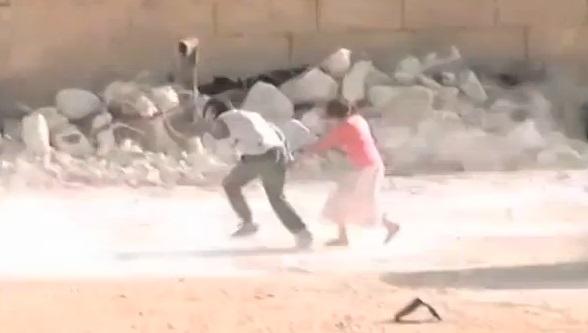 Syrie : un garçon sauve une fillette des tirs d'un sniper (vidéo)