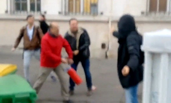 Paris : un parent d'élève frappe un lycéen avec un extincteur (vidéo)