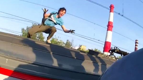 Train Surfing : ils passent d'un toit à un autre sur des trains en marche (vidéo)