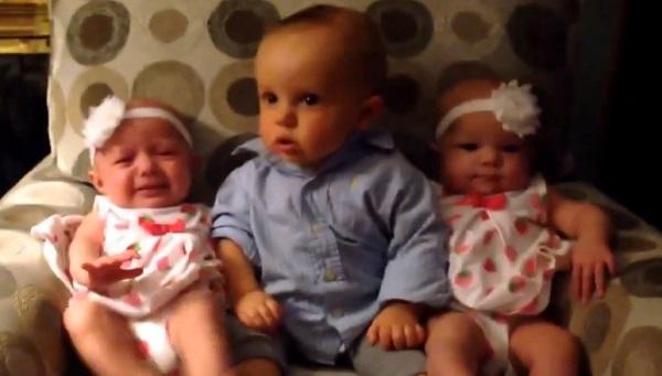 Ce bébé voit des jumeaux pour la première, regardez sa réaction ! (vidéo)