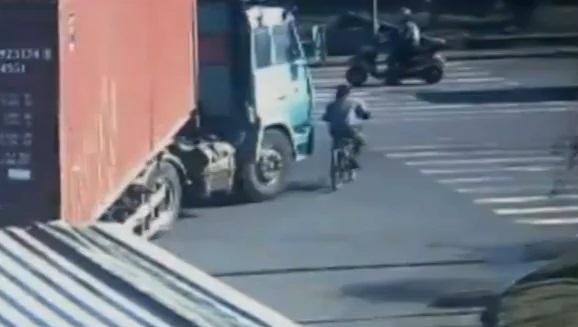 Incroyable : écrasé par un camion, il s'en sort par miracle (vidéo)