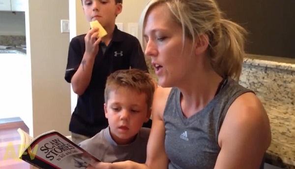 Une maman lit une histoire effrayante à son fils (vidéo)
