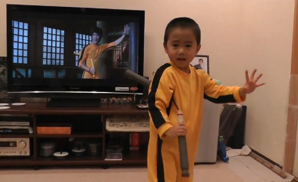 Ce mini Bruce Lee va vous en mettre plein la vue avec son nunchaku (vidéo)