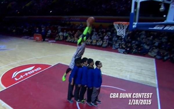 Un basketteur chinois se ridiculise lors d'un concours de dunks (vidéo)