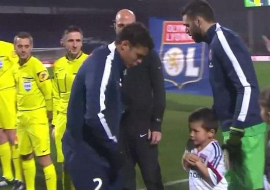 OL-PSG – Thiago Silva donne sa veste à un petit garçon frigorifié (vidéo)