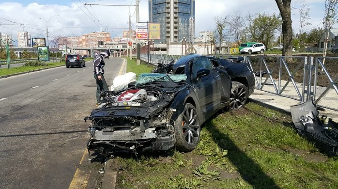 Choc : un footballeur russe se prend un poteau à plus de 170Km/h au volant de sa Nissan GT-R