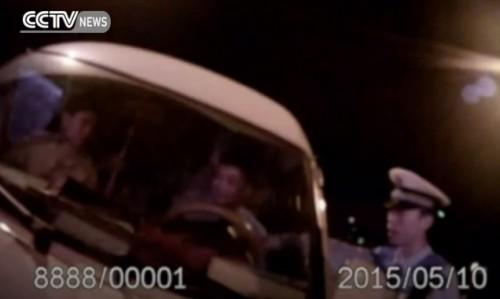51 Chinois entassés dans une fourgonnette 6 places !