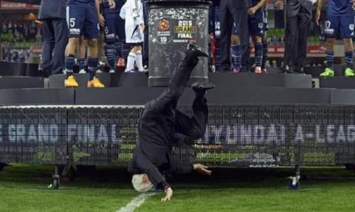 La chute magistrale du président de la Fédération australienne de football