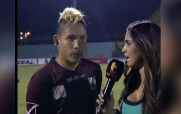 Un footballeur violemment frappé par derrière en pleine interview
