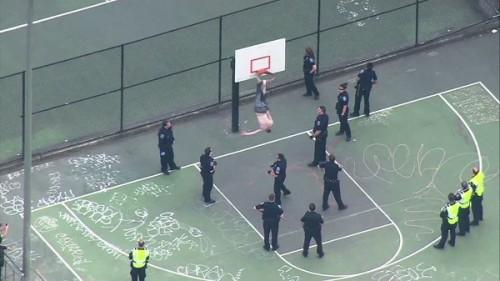 Des policiers libèrent un homme coincé dans un panier de basket