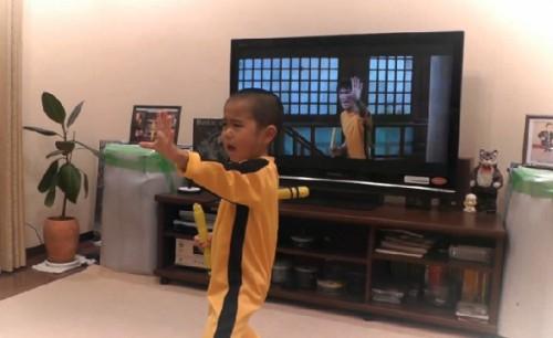 Un enfant de 5 ans reproduit parfaitement une scène de Bruce Lee