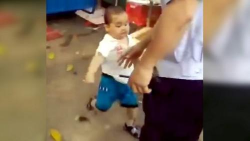 Chine : un enfant de 3 ans repousse la police pour défendre sa grand-mère