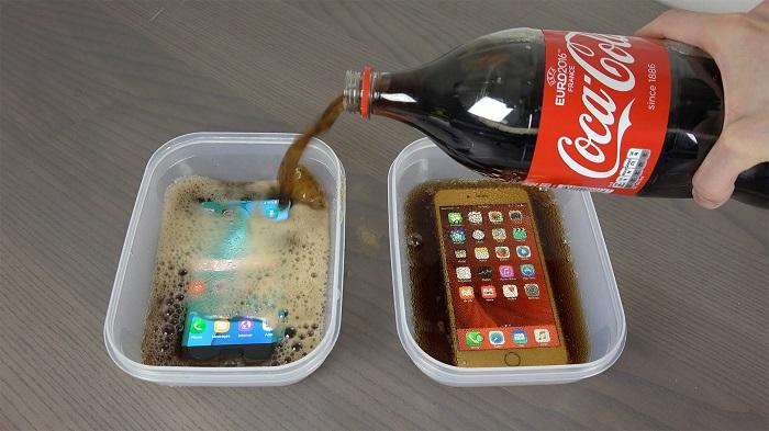 Un iPhone 6S Plus et un Samsung Galaxy S7 congelés dans du Coca !