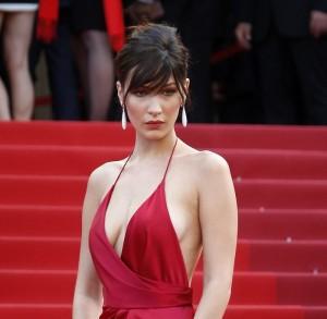 Bella Hadid  fait sensation au festival de Cannes avec sa robe dénudée (photos et vidéo)