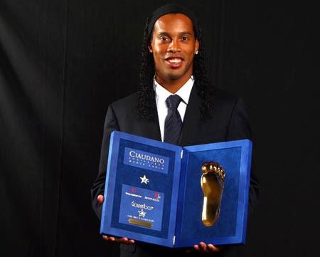 Ronaldinho reçoit le Golden Foot 2009