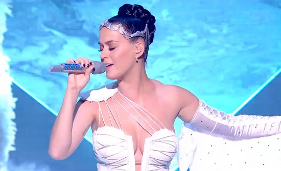 NRJ Music Awards 2014 : Nikos interrompt Katy Perry après un problème de playback (VIDEO)