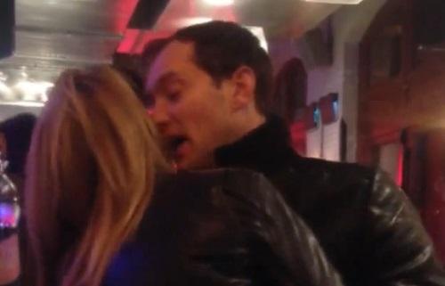 Ivre, Jude Law tente d'embrasser une femme dans un bar (VIDEO)