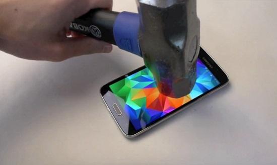 Samsung Galaxy S5 : test de résistance au marteau FAIL (VIDEO)