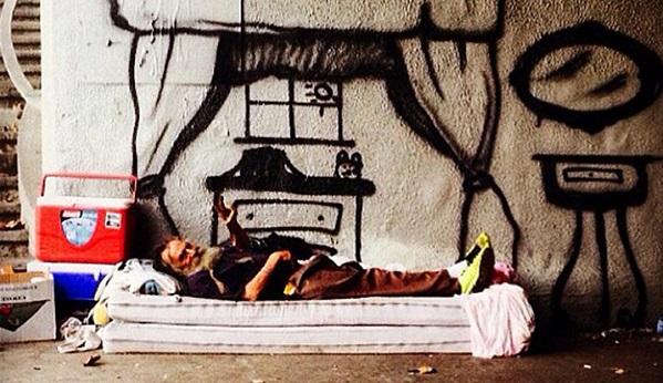 Street art : il peint les rêves des SDF sur les murs (photos)
