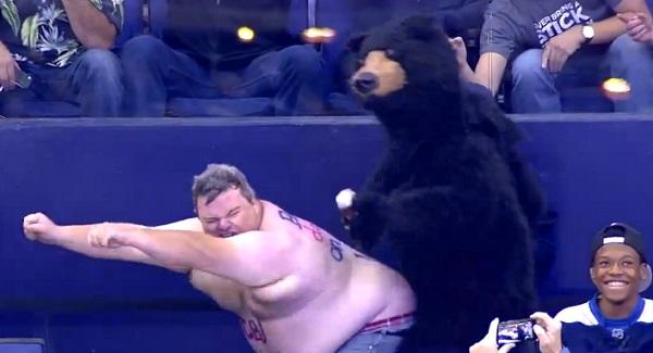 Hockey : un supporter et un ours font le show dans les tribunes ! (vidéo)